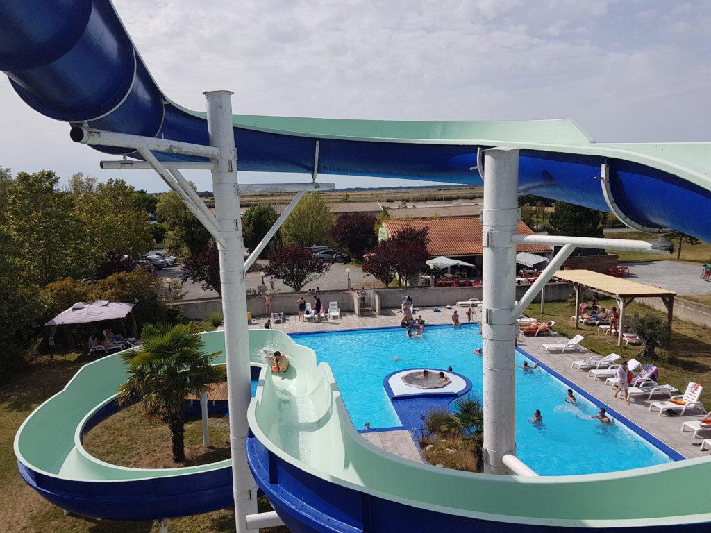 La piscine et son toboggan aquatique