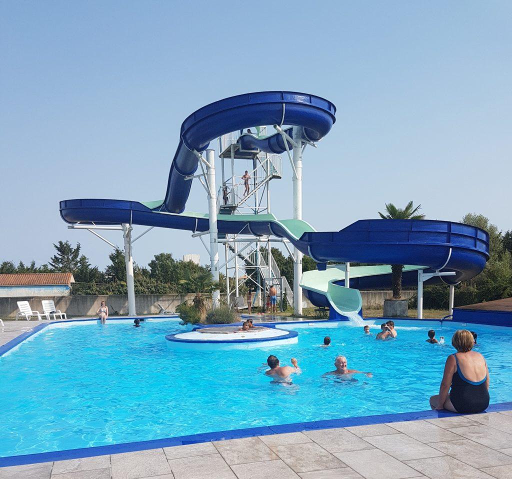 La piscine et son toboggan aquatique baignade et bronzage